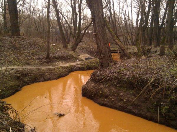 Оранжевая река и оранжевый человек